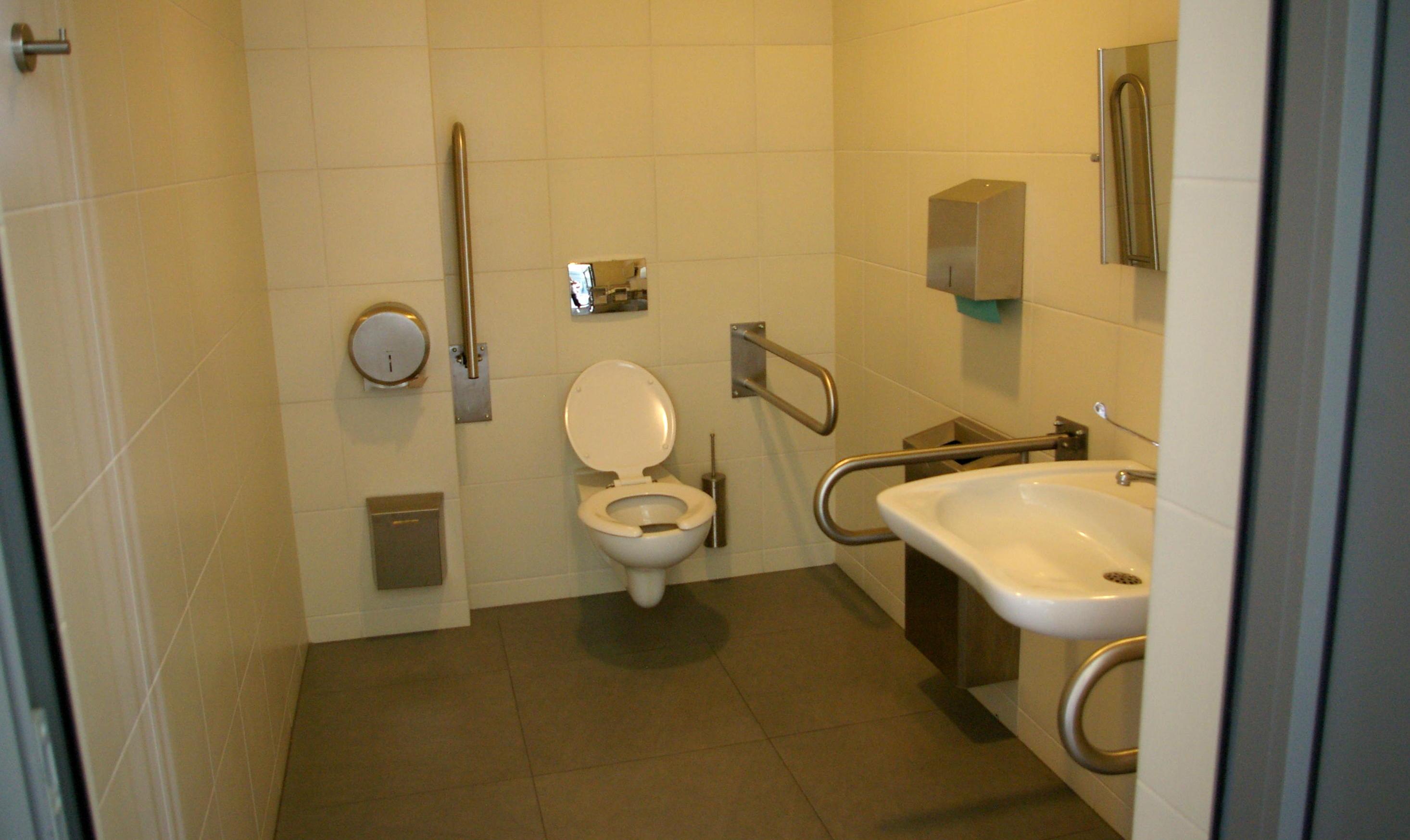 Toaleta dla osób niepełnosprawnych w budynku Galerii Sztuki Współczesnej ELEKTROWNIA w Czeladzi.