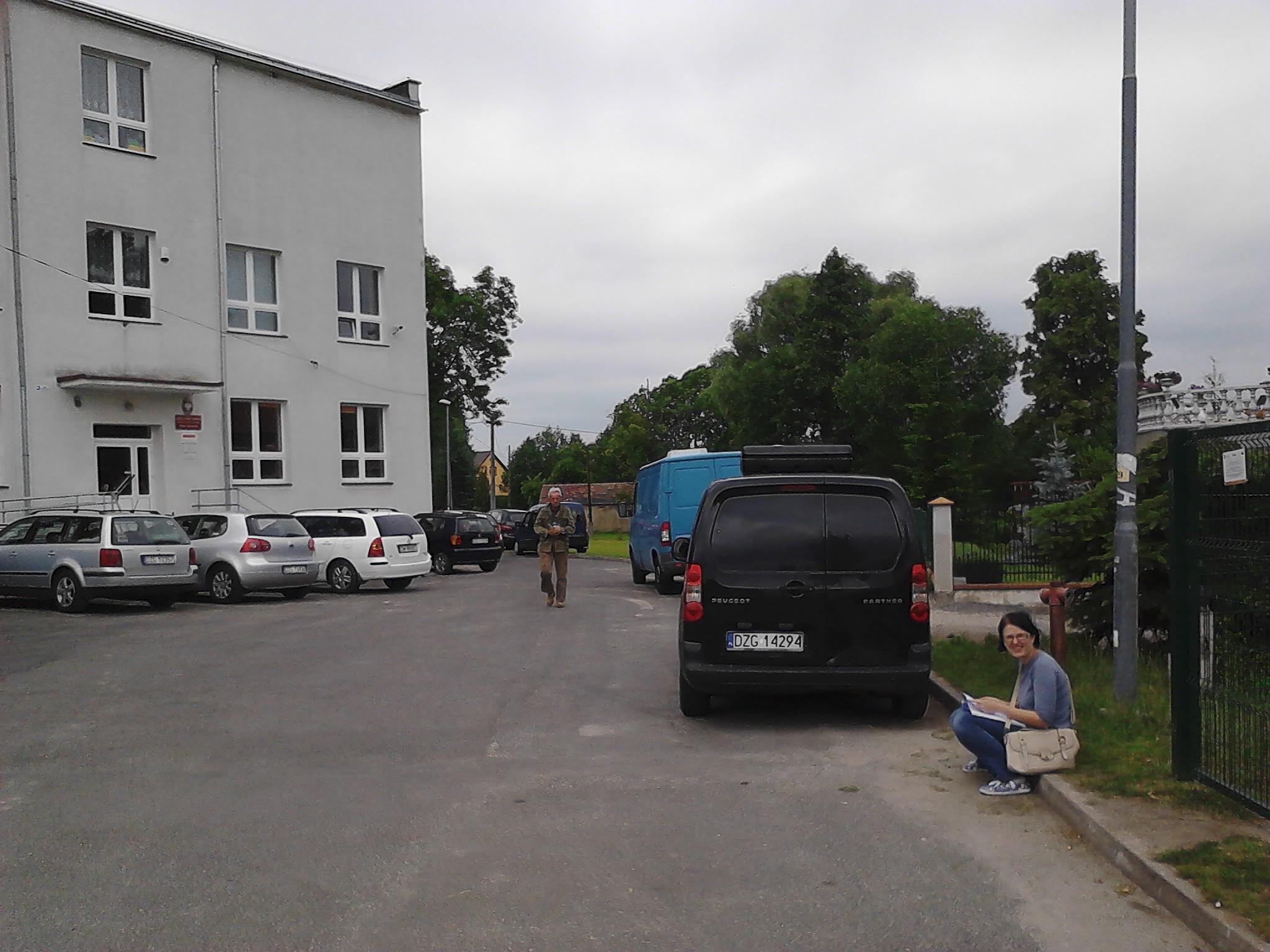 po prawej widoczny stopień przed wejściem, po lewej budynek szkoły
