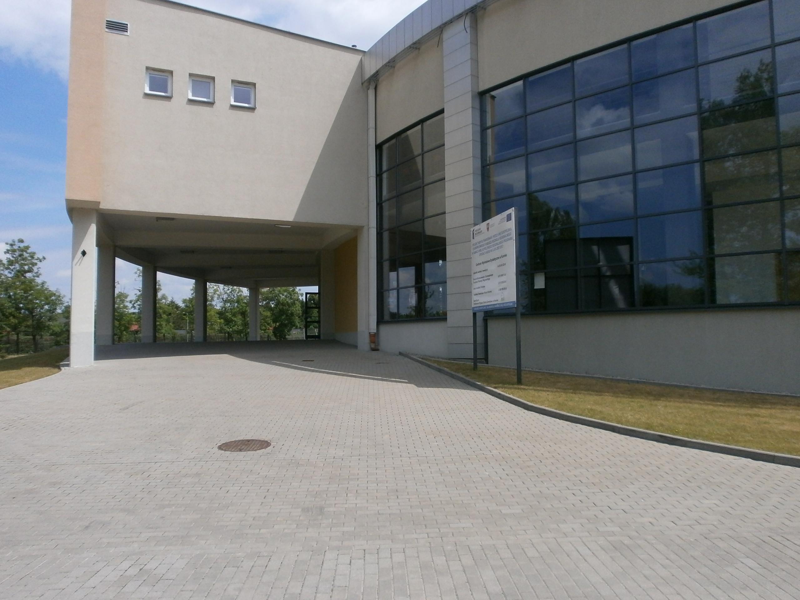 Droga do głównego wejścia do budynku