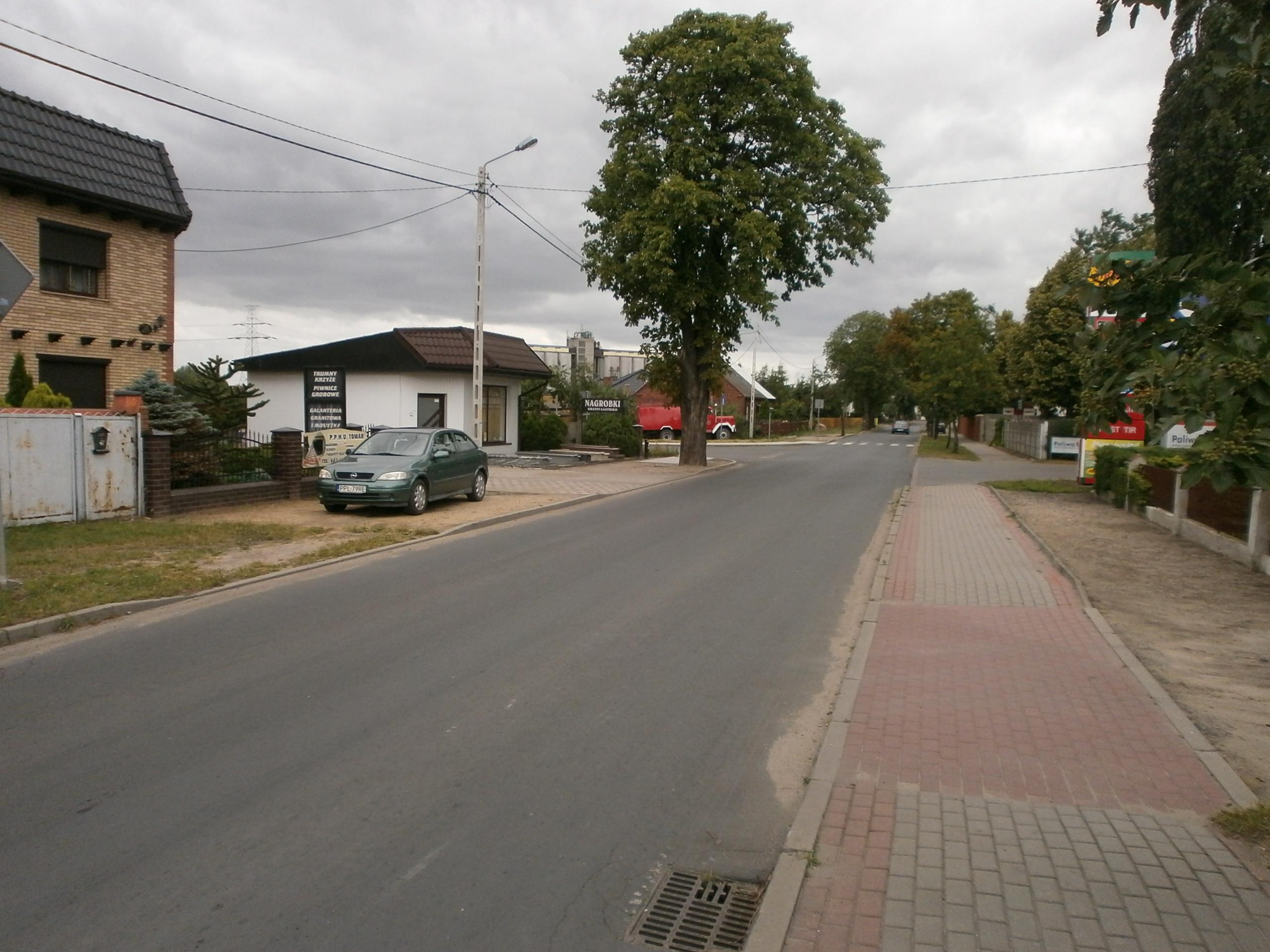 Brak chodnika po drugiej stronie ulicy