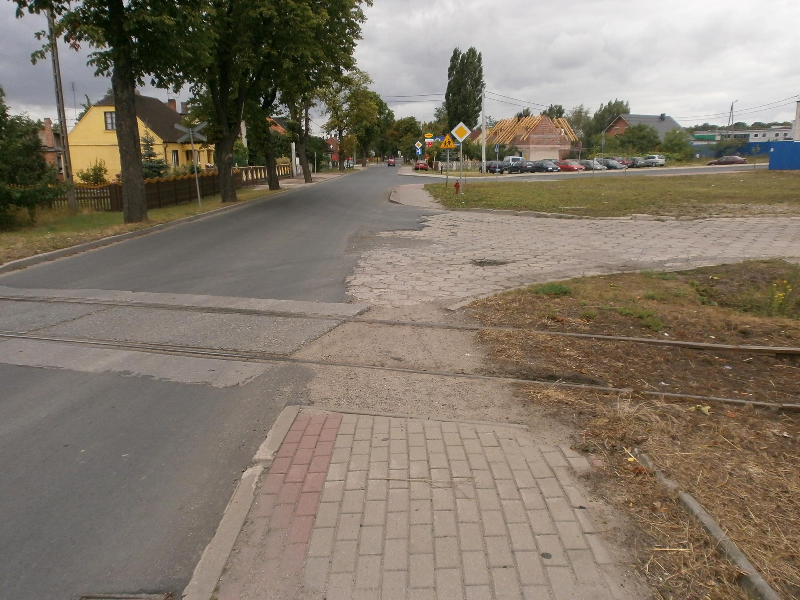Tory kolejowe na chodniku