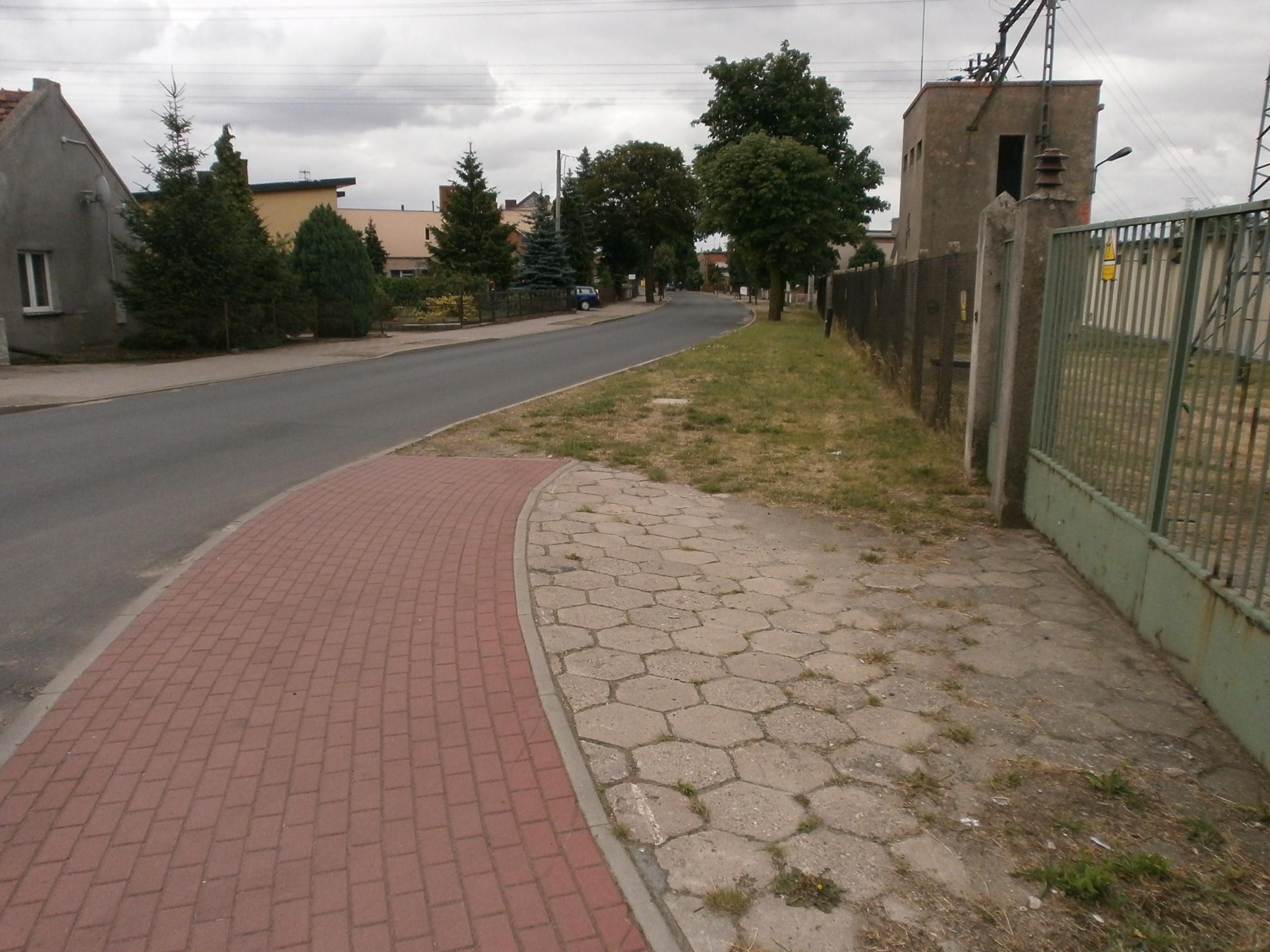 Brak chodnika po drugiej stronie ul. Piaski