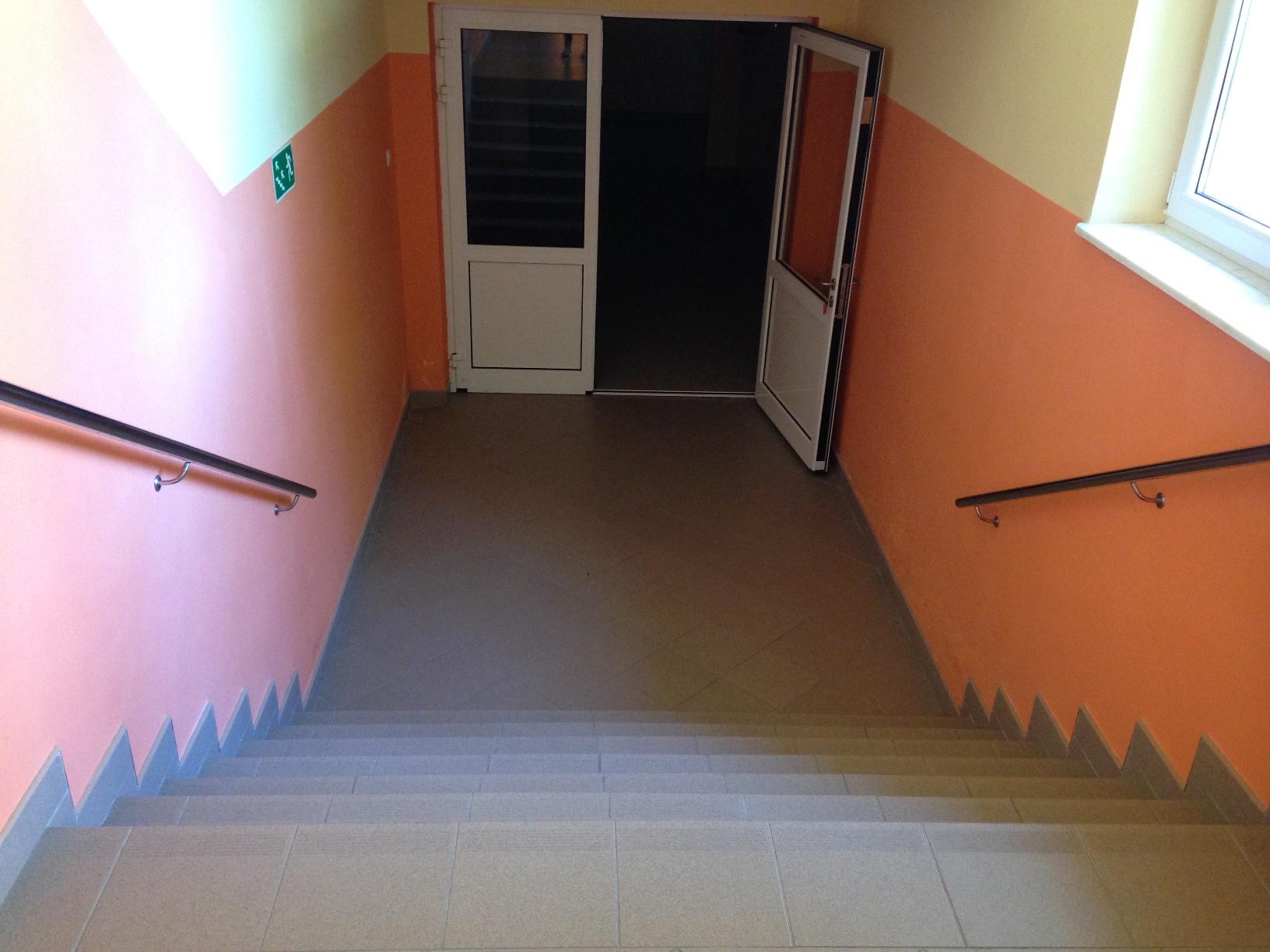 Wejście do sali gimnastycznej od strony łącznika z budynkiem szkoły - schody