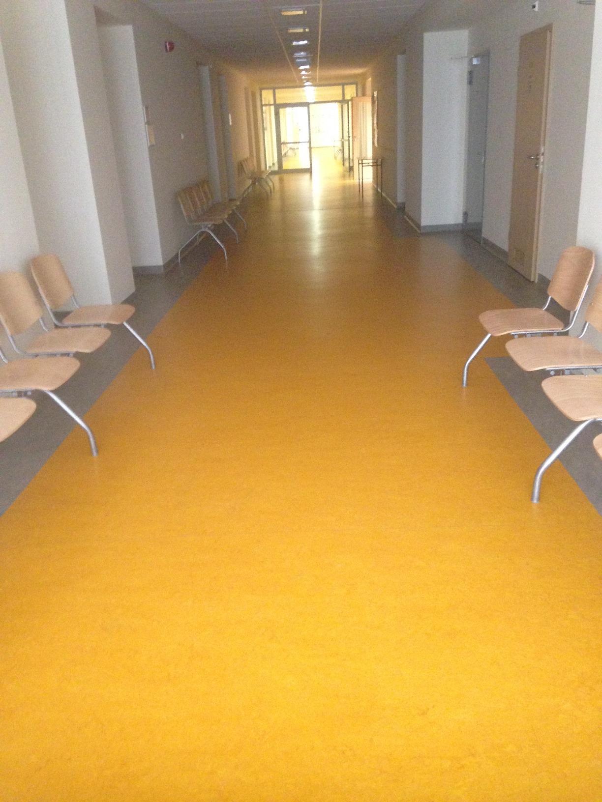 1 piętro - korytarz z wyodrębnionym kontrastowo traktem komunikacyjnym