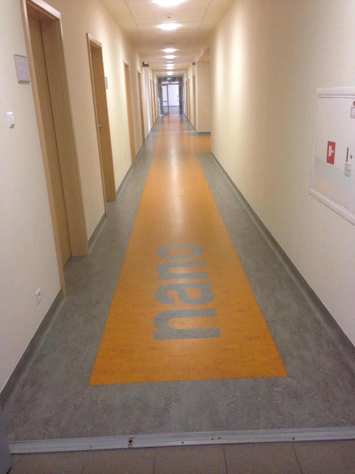 3 piętro - korytarz z wyodrębnionym kontrastowo traktem komunikacyjnym