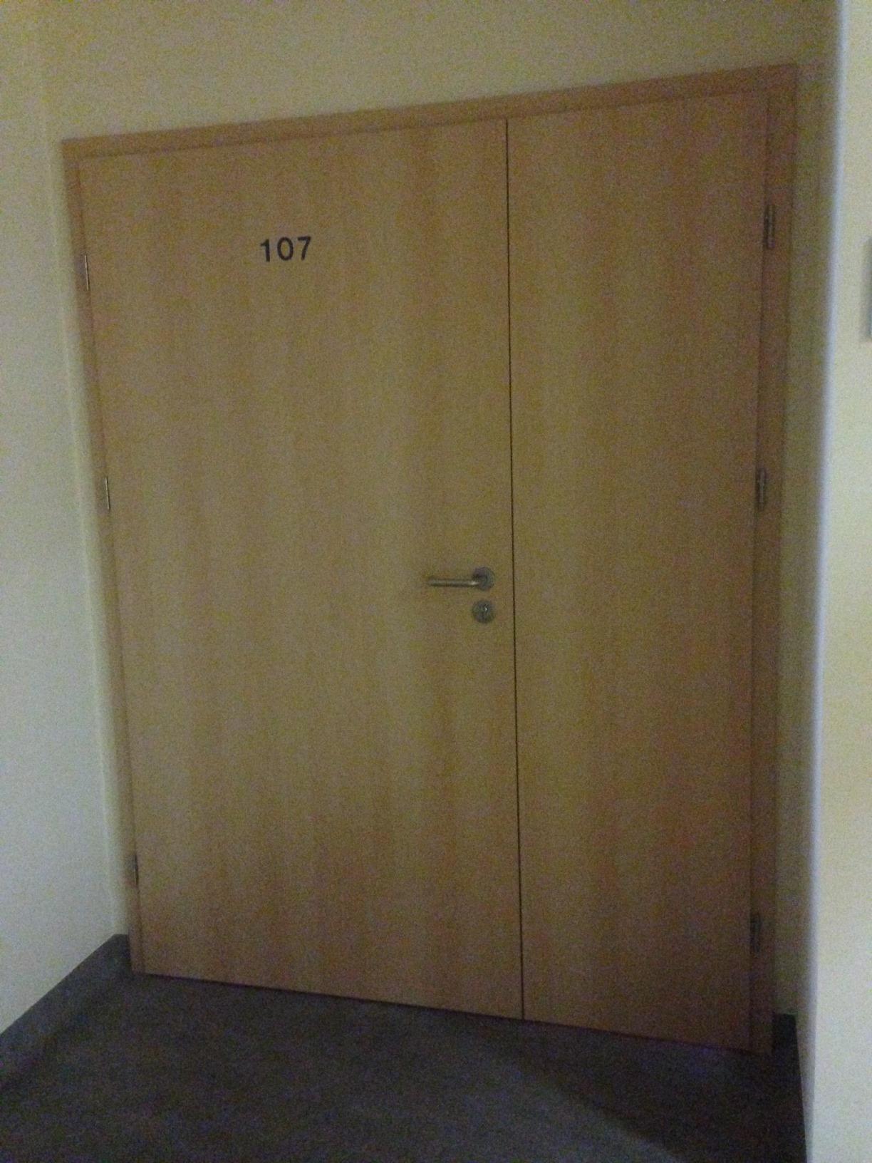 Szersze drzwi prowadzące do laboratorium