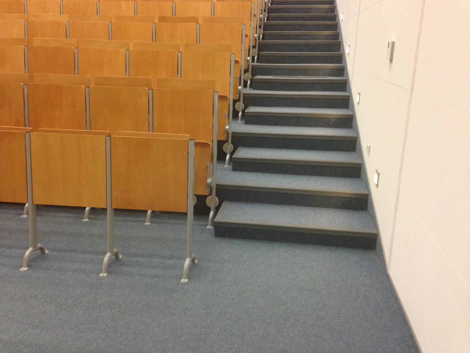 Mniejsza aula - brak wyznaczonych miejsc dla osób poruszających się na wózkach inwalidzkich