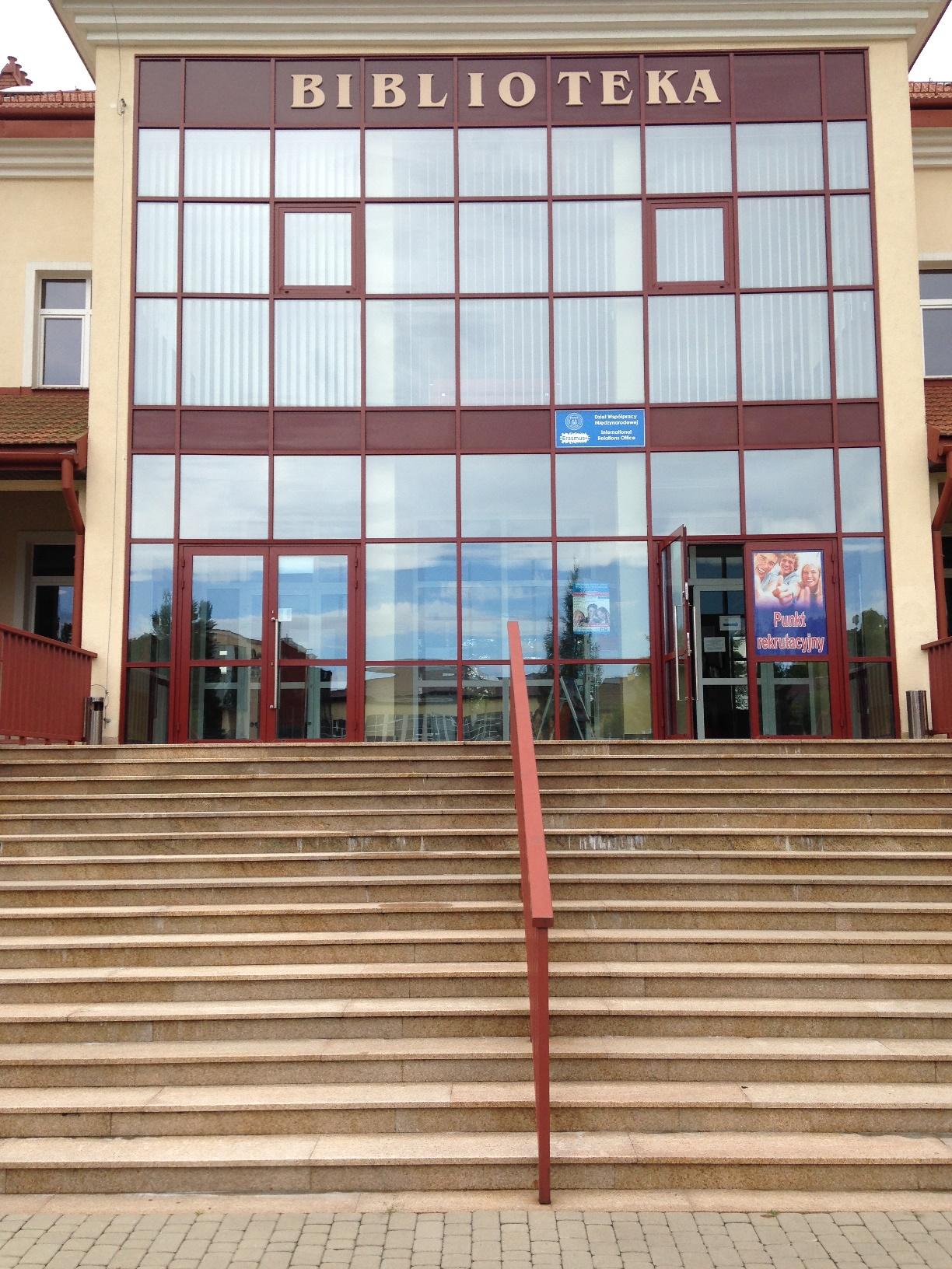 Wejście od strony kampusu Państwowej Wyższej Szkoły Techniczno-Ekonomicznej