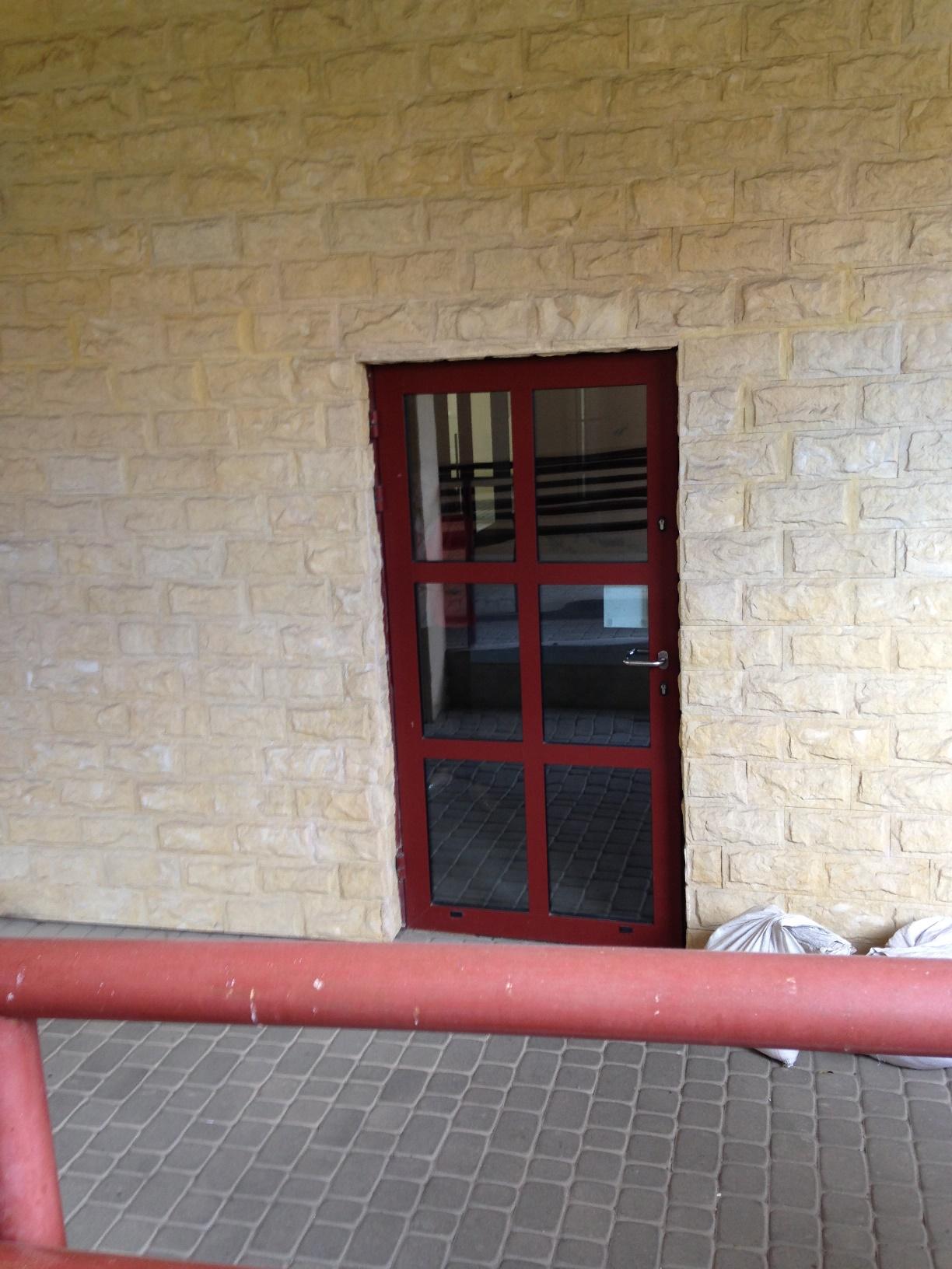 Drzwi wejściowe do budynku na poziomie 0 - specjalne wejście dla osób na wózkach inwalidzkich
