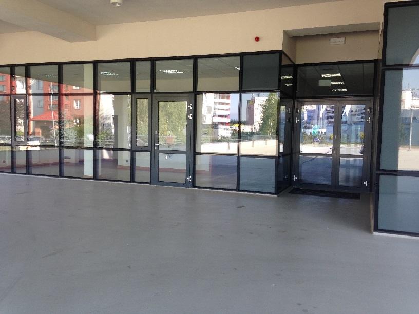 Drzwi wejściowe do budynku na poziomie 0