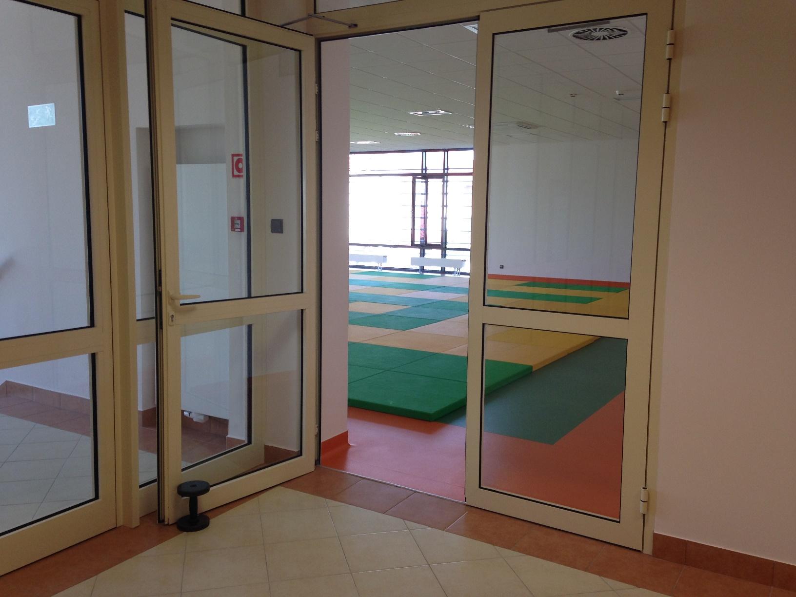 Drzwi wejściowe do sali do gimnastyki
