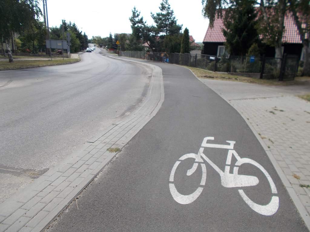 Ciągłość drogi rowerowej i obniżone krawężniki na wjeździe do posesji