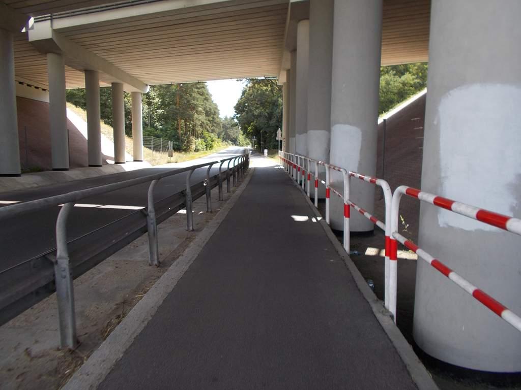 Przejazd pod mostem autostradowym